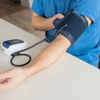 Comment prendre sa tension artérielle avec un tensiomètre brassard ?